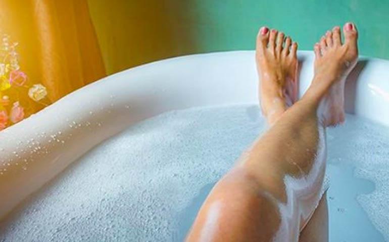Cómo hacer espuma en la bañera