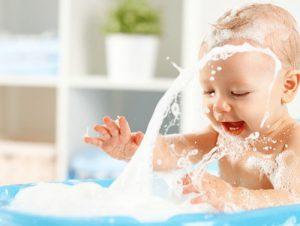 como limpiar una bañera de bebé