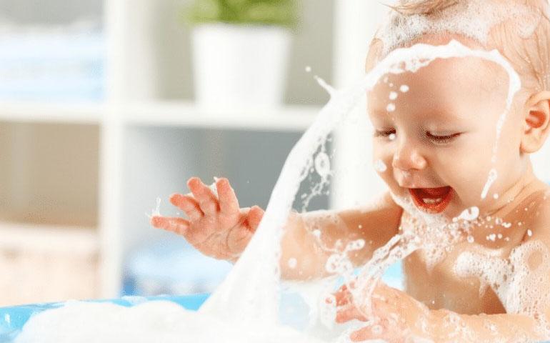 Cómo limpiar une bañera de bebé